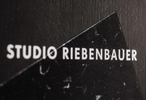 Studio Riebenbauer_CI_Schild_03